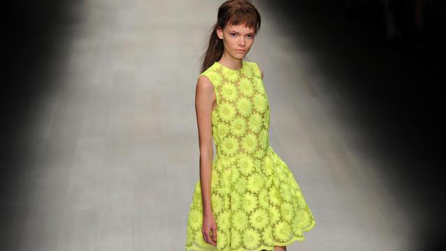Un mannequin présente une création de Simone Rocha printemps-été 2013 à la Fashion Week de Londres, le 18 septembre 2012 [Carl Court / AFP]