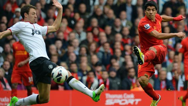 L'attaquant de Liverpool Luis Suarez tente une frappe face à Manchester United, le 23 septembre 2012 à Anfield. [Paul Ellis / AFP]