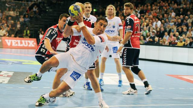 Le joueur de Montpellier Issam Tej tire au but, lors du match de Ligue des champions à Flensburg (Allemagne), le 27 septembre 2012. [Benjamin Nolte / AFP]