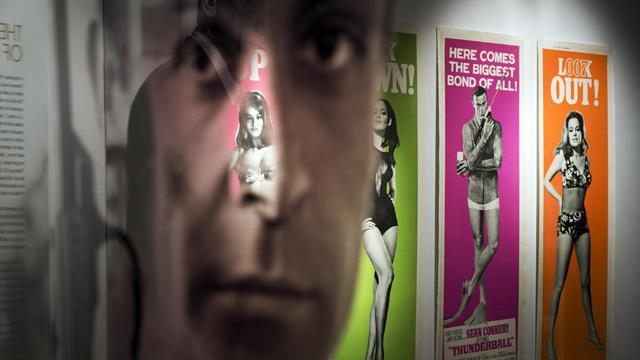 Des affiches de films de James Bond exposées le 28 septembre 2012 à Londres avant leur vente aux enchères [Adrian Dennis / AFP]