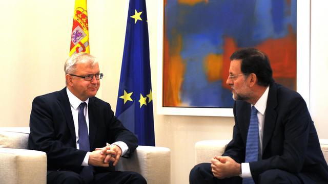 Le Premier ministre espagnol Mariano Rajoy (d) reçoit le commissaire européen Olli Rehn, le 1er octobre 2012 à Madrid [Dominique Faget / AFP]