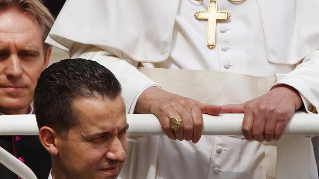 Le majordome du pape Paolo Gabriele auprès de Benoît XVI, le 6 juin 2007 [Vincenzo Pinto / AFP/Archives]