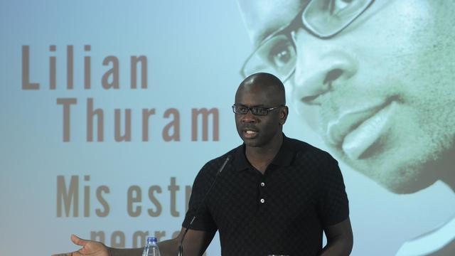 """Lilian Thuram présente son livre """"Mes étoiles noires"""" le 25 octobre 2012 à Barcelone [Josep Lago / AFP/Archives]"""