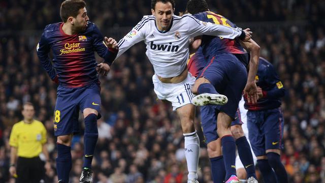 Le défenseur portugais du Real Madrid Ricardo Carvalho (c), lors de la demi-finale de Coupe du Roi contre le FC Barcelone, à Madrid, le 30 janvier 2013 [Pierre-Philippe Marcou / AFP/Archives]