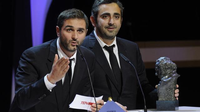 """Les réalisateurs français Olivier Nakache (g) et Eric Toledano reçoivent leur Goya du meilleur film européen pour """"Intouchables"""", le 17 février 2013 à Madrid [Eduardo Dieguez / AFP]"""