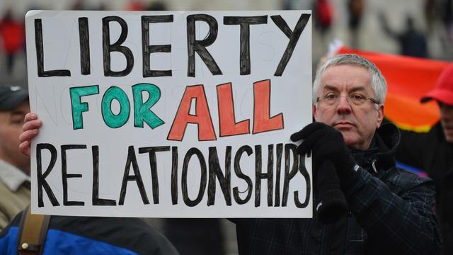 """Un homme avec une pancarte """"Liberté pour tous les types de relations"""" manifeste en faveur du mariage pour les couples homosexuels, le 24 mars 2013 à Londres [Ben Stansall / AFP/Archives]"""