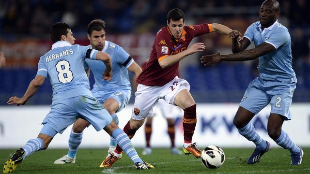 L'attaquant de l'AS Rome Mattia Destro (c) encerclé par la défense de la Lazio Rome, en championnat, le 8 avril 2013 au stade Olympique de Rome [Filippo Monteforte / AFP/Archives]
