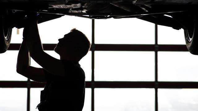 Un ouvrier sur une chaîne de montage de voiture, le 16 avril 2013, dans le sud de l'Allemagne [David Ebener / AFP]