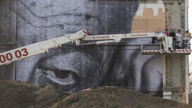 Une des oeuvres de l'artiste JR installée sur une façade de Berlin le 16 avril 2013 [John Macdougall / AFP]
