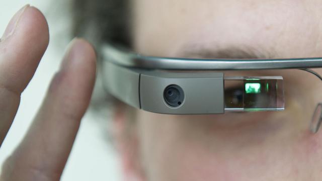 Une personne essaye les lunettes interactives de Google à Barlin, le 24 avril 2013 [Ole Spata / DPA/AFP/Archives]