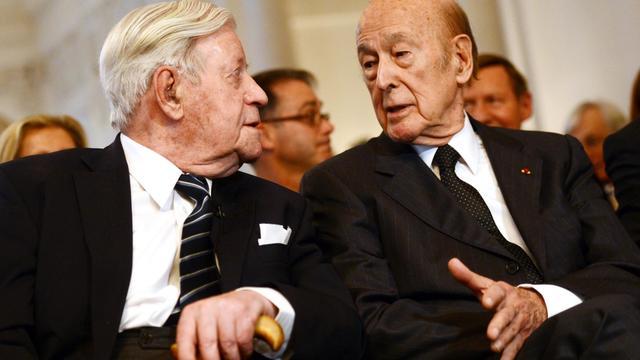 L'ancien chancelier allemand Helmut Schmidt (g) et Valéry Giscard d'Estaing, le 26 avril 2013 à Stuttgart [Franziska Kraufmann / DPA/AFP/Archives]