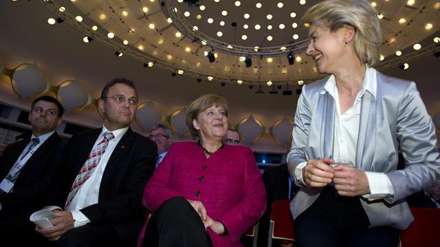 La ministre allemande du Travail Ursula von der Leyen et Angela Merckel (C),le 22 mai 2013 à Berlin [John Macdougall / AFP/Archives]