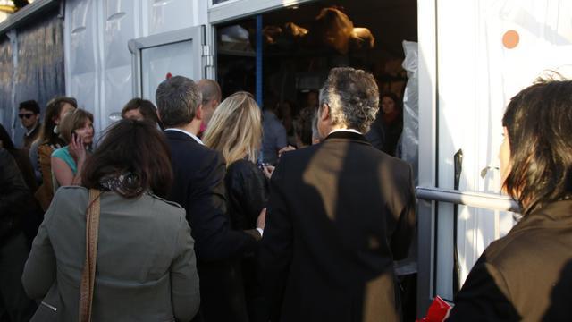 Evacuation du plateau du Grand Journal, à Cannes, après que des coups de feu aient été entendus, le 17 mai 2013 [Loic Venance / AFP]