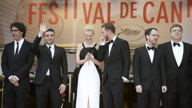 """L'équipe du film des frères Coen """"Inside Llewyn Davis"""" sur les marches du palais des festivals, à Cannes, le 19 mai 2013 [Anne-Christine Poujoulat / AFP]"""