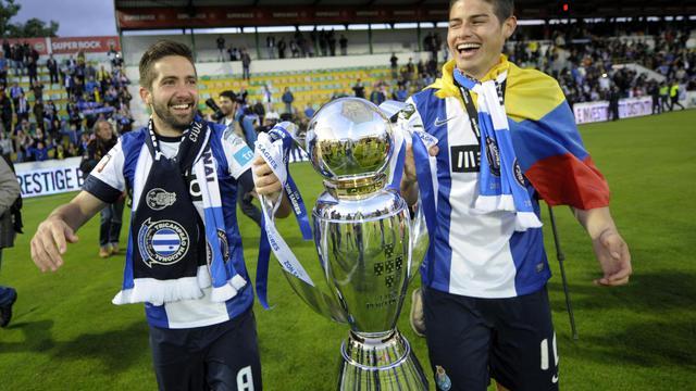 Le milieu de terrain du FC Porto Joao Moutinho (g) et son coéquipier, l'attaquant colombien James Rodriguez, avec le trophée de champion du Portugal, le 19 mai 2013, à Paços de Ferreira [Miguel Riopa / AFP/Archives]