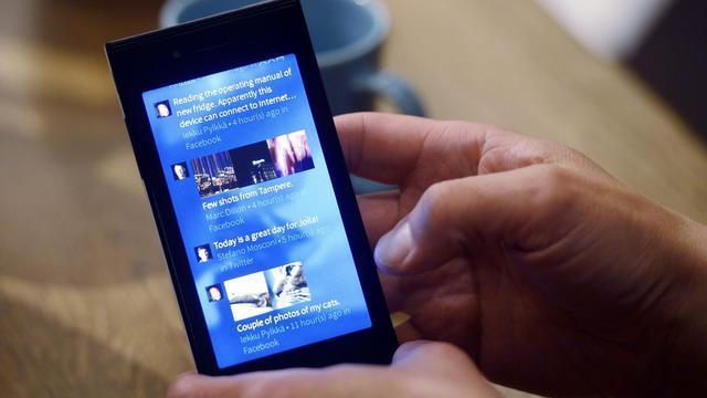 Le nouveau smartphone de la start-up finlandaise Jolla [Kimmo Mantyla / Lehtikuva/AFP]