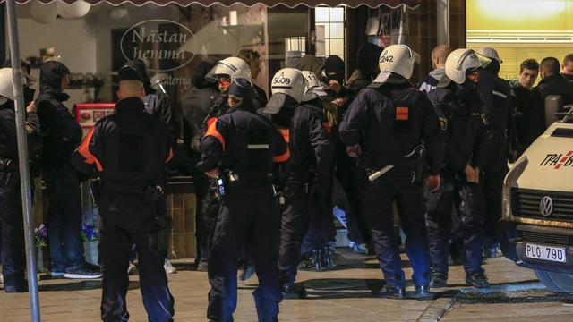 Des policiers sont à la recherche de jeunes émeutiers, le 25 mai 2013 dans un quartier de Stockholm [Fredrik Persson / SCANPIX/AFP]