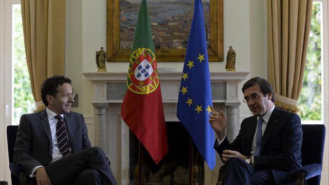Le président de l'Eurogroupe, Jeroen Dijsselbloem (gauche), et le Premier ministre portugais, Pedro Passos Coelho, le 27 mai 2013 à Lisbonne [Francisco Leong / AFP]