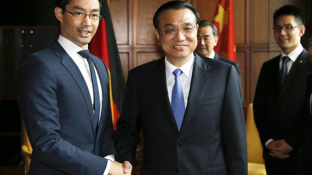 Le ministre allemand de l'Economie, Philipp Rösler, reçoit le Premier ministre chinois, Li Keqiang, le 27 mai 2013 à Berlin [Tobias Schwarz / AFP]