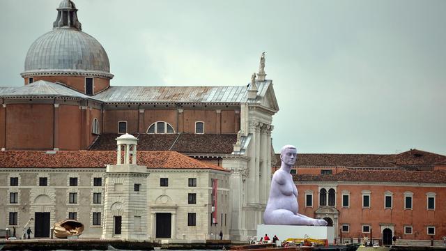 Une sculpture de l'artiste britannique Marc Quinn sur l'île San Giorgio Maggiore à Venise, le 29 mai 2013 à l'occasion de la 55e Biennale d'art [Gabriel Bouys / AFP]