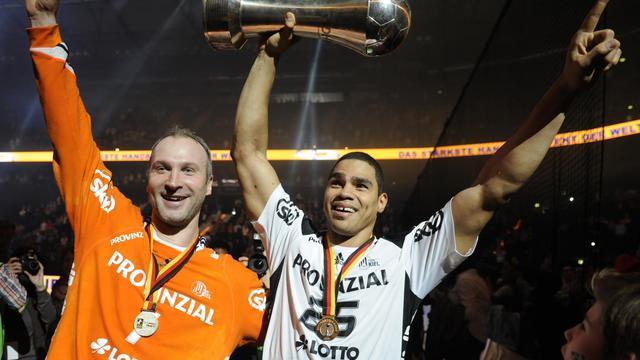 Les joueurs français de Kiel Daniel Narcisse (d) et Thierry Omeyer après leur victoire en Coupe d'Allemagne le 14 avril 2013 à Hambourg contre le SG Flensburg-Handewitt [Angelika Warmuth / AFP/Archives]