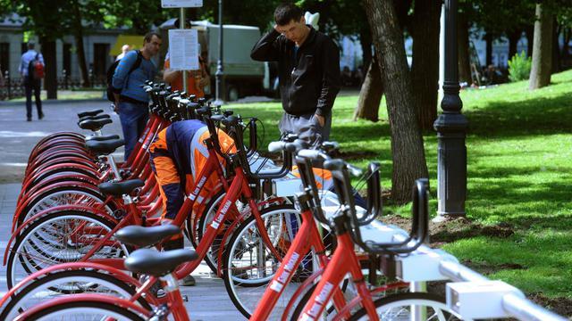 Des personnes regardent les vélos en libre-service  à Moscou le 30 mai 2013 [Andrey Smirnov / AFP]