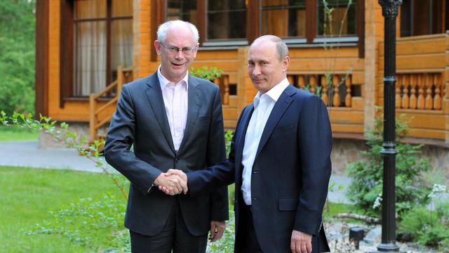 Le président russe Vladimir Poutine serre la main du président de l'UE Herman Van Rompuy, le 3 juin 2013 à Ekaterinbourg, dans l'Oural [Mikhail Klimentyev / Ria-Novosti/AFP]