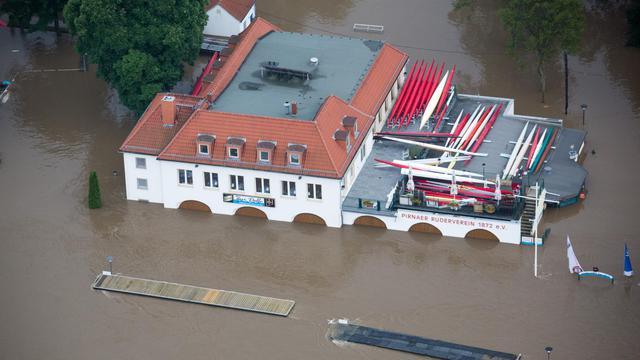 Des bâtiments ous les eaux à Pirna, dans la région allemande de Saxe, le 4 juin 2013 [Michael Kappeler / DPA/AFP]
