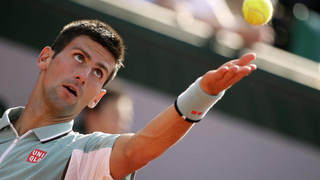 Le Serbe Novak Djokovic au service contre l'Allemand Tommy Haas lors de son quart de finale à Roland-Garros, le 5 juin 2013 [Kenzo Tribouillard / AFP]