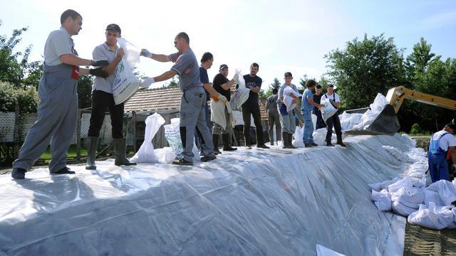 Des bénévoles montent une digue artificielle au bord du Danube, à Mecser en Hongrie, le 6 juin 2013 [Attila Kisbenedek / AFP]