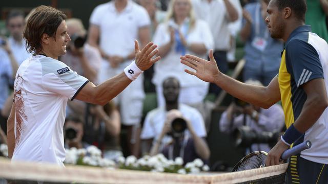 L'Espagnol David Ferrer et le Français Jo-Wilfried Tsonga se serrent la main après leur mach, le 7 juin 2013 à Paris [Martin Bureau / AFP/Archives]
