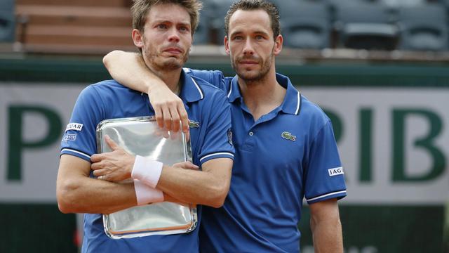 Nicolas Mahut et Michael Lllodra après leur défaite en finale du double de Roland-Garros contre les frères Bryan le 8 juin 2013 à Paris [Patrick Kovarik / AFP]