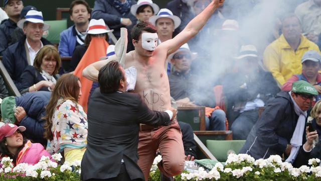 Un activiste anti mariage homosexuel est ceintué par la sécurité de Roland-Garros, le 9 juin 2013 à Paris [Kenzo Tribouillard / AFP]