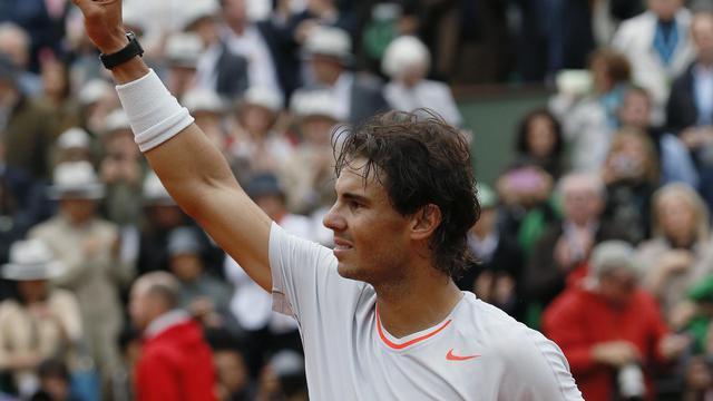 Rafael Nadal triomphateur après sa victoire en finale du tournoi de Roland-Garros le 10 juin 2013 à Paris [Patrick Kovarik / AFP]