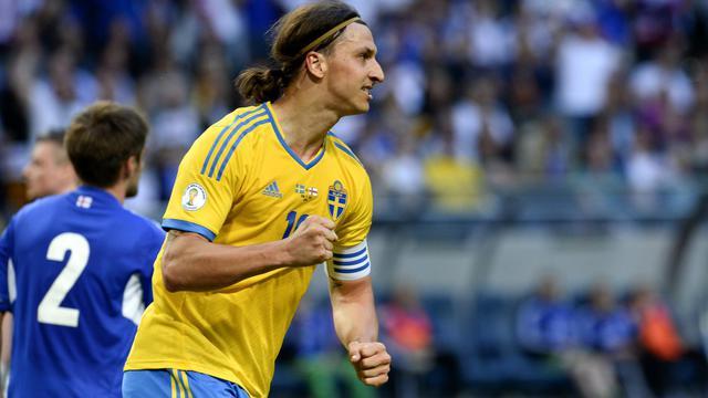 L'attaquant suédois Zlatan Ibrahimovi célèbre l'un de ses buts contre les Féroé, le 11 juin 2013 à Solna [Jonathan Nackstrand / AFP]