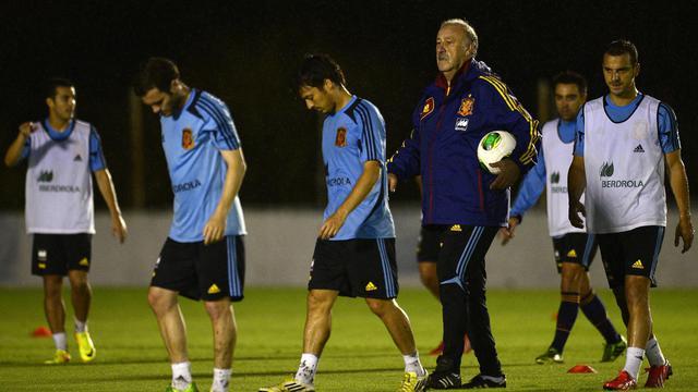 Le sélectionneur espagnol Vicente del Bosque avec ses joueurs, lors d'un entraînement, le 13 juin 2013 à Recife [Lluis Gene / AFP]