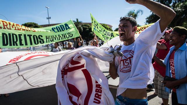 Manifestants devant le stade de Brasilia, le 14 juin 2013 [Yasuyoshi Chiba / AFP]