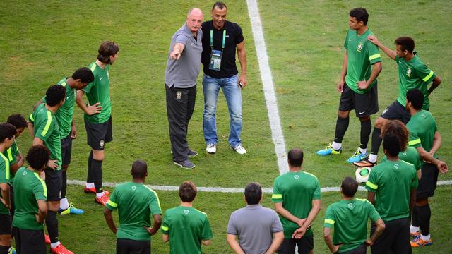 Les joueurs de la Seleçao à l'entraînement, à l'écoute du sélectionneur Luiz Felipe Scolari (au centre, à gauche), à Brasilia, le 14 juin 2013 [Christophe Simon / AFP]