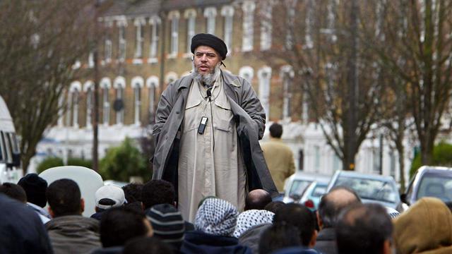L'imam Abou Hamza al-Masri lors d'une grande prière à Finsbury Park, à Londres, en mars 2004 [Odd Andersen / AFP/Archives]