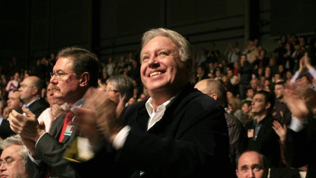 Gérard Filoche (c) applaudit lors du Congrès de Reims, le 15 novembre 2008 [Nathalie Magniez / AFP/Archives]