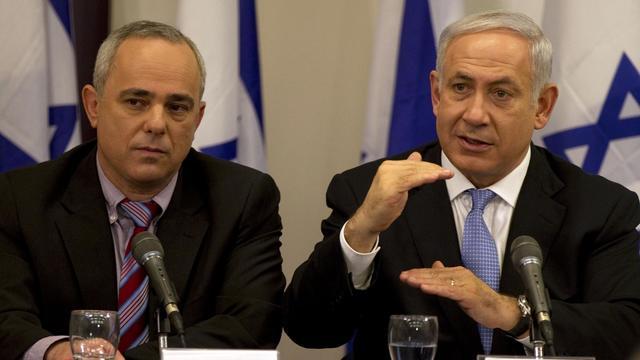 L'actuel ministre israélien des Renseignements, Youval Steinitz, le 10 février 2011 à Tel Aviv avec le Premier ministre Benjamin Netanyahu [Jack Guez / AFP/Archives]