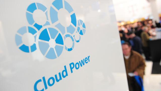 """Logo de """"cloud computing"""" sur le stand Microsoft au salon CeBIT d'Hanovre, le 2 mars 2011 [Johannes Eisele / AFP/Archives]"""
