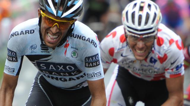 L'Espagnol Alberto Contador devant le Belge Philippe Gilbert lors de la 4e étape du Tour de France 2011, le 5 juillet 2011. [Bernard Papon / AFP/Archives]