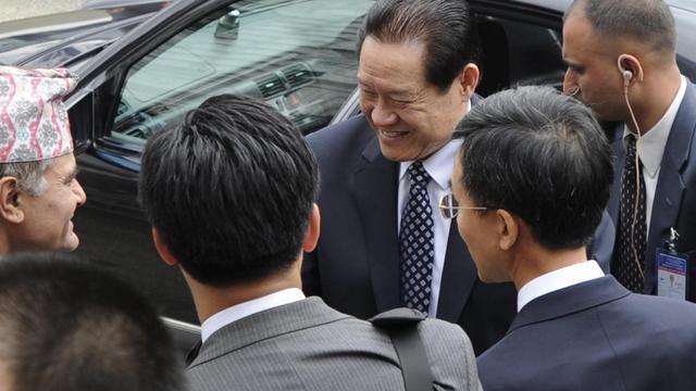 Zhou Yongkang (c), responsable de la sécurité de la Chine, le 17 août 2011 à Katmandou [Prakash Mathema / AFP/Archives]