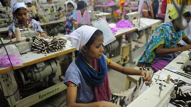 Des ouvrières de l'industrie textile à Dacca le 16 avril 2012 [Munir Uz Zaman / AFP/Archives]