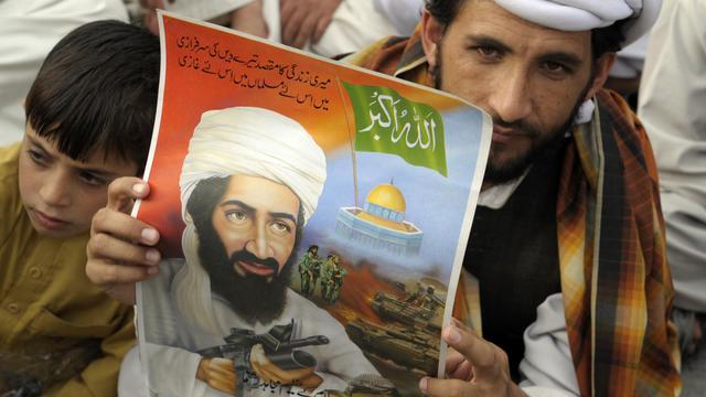 Le partisan d'un parti pakistanais pro-Taliban porte un portrait d'Oussama Ben Laden, le 2 mai 2012 à Quetta [Banaras Khan / AFP/Archives]