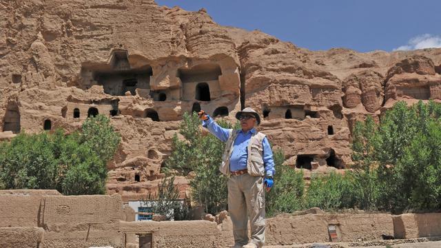 """""""La statue est là"""", dit l'archéologue en désignant le sol de ses deux mains. Plusieurs mètres sous lui, des morceaux d'une statue de bouddha découverts en 2008 à Bamiyan, dans le centre de l'Afghanistan, ont été recouverts de gravier pour éviter les vols ou dégradations.[AFP]"""