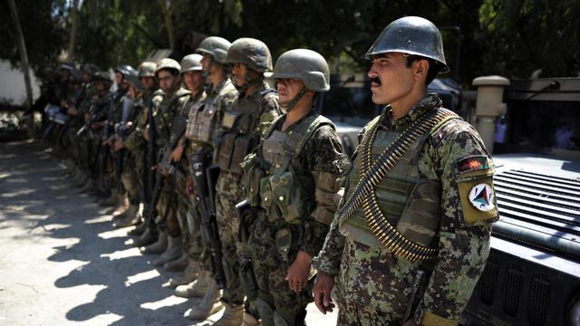 """""""Ils mettent leurs pieds sur les tables, se mouchent en public ou sortent nus de la douche""""... L'armée afghane vient de publier un guide des usages des étrangers destiné aux soldats afghans, pour tenter de limiter le nombre des incidents parfois mortels déclenchés par le choc des cultures. [AFP]"""
