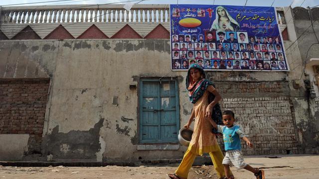 """Lorsque j'ai appris qu'une chrétienne avait brûlé le Coran dans la capitale, j'ai pensé que les musulmans allaient nous attaquer à nouveau"""", lance Rafia Margaret, en larmes et toujours les nerfs à vif trois ans après les violences meurtrières à Gojra, sa ville de l'est du Pakistan.[AFP]"""