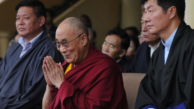 Le dalaï-lama est entouré le 2 septembre 2012 à Dharamsala par le président du Parlement tibétain en exil Penpa Tsering (G) et le Premier ministre Lobsang Sangay [ / AFP/Archives]
